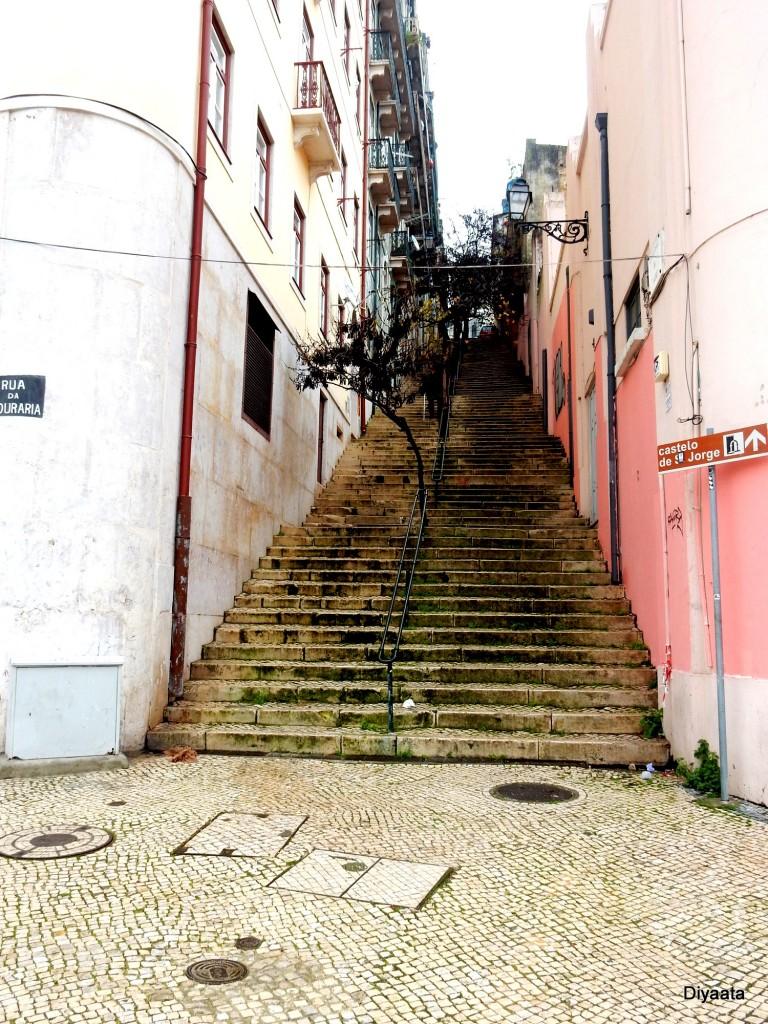 Één van de vele steile trappen